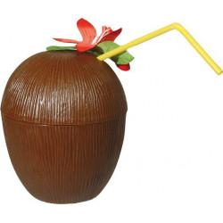 Kokosnusstasse mit Strohhalm und Hawaiiblüte